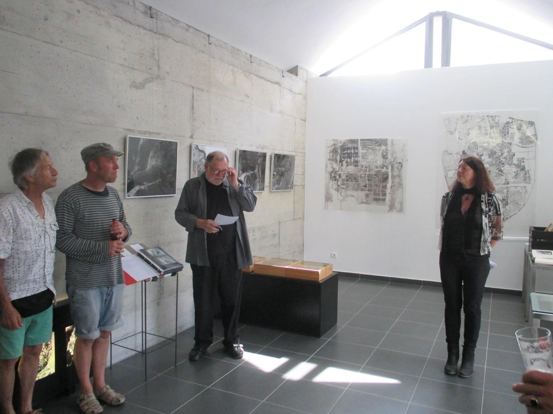 Aldeia de Vale do Ferro renasceu com os estrangeiros, tem uma moderna galeria de arte, mas não possui água nem acessos decentes