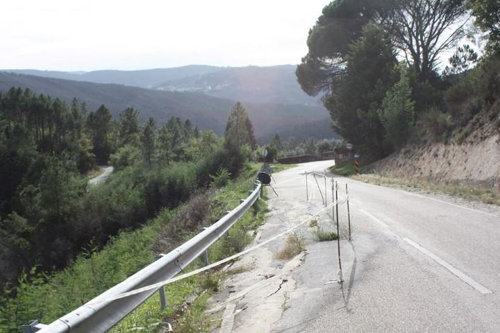 """Cedência de asfalto em estrada Municipal que liga a Estrada nº 17 a duas aldeias """"há demasiado tempo"""" à espera de reparação"""