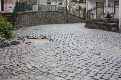 """Obra inacabada deixa """"cratera"""" no coração da Vila de Avô"""